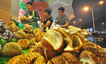 Aside w7pdj1 chinese consumers wait in line to buy golden pillow durians web