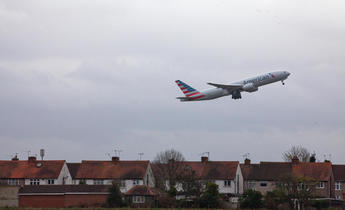 Aside f8nw60 plane takes off from heathrow