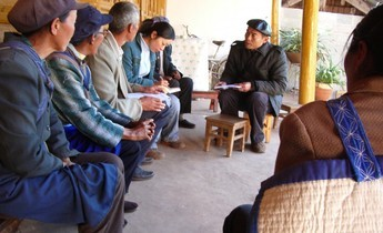 Aside yu holding meeting will village elders at lashi lake watershed project 1020x765