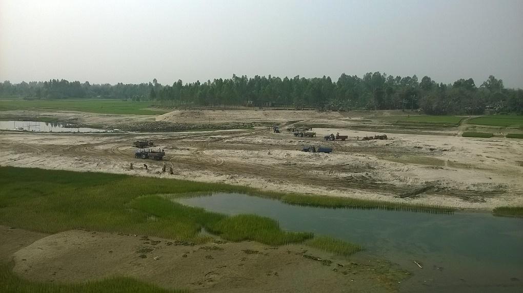 In Bangladesh sandmining happens in the open, here at the Dharla river in Kurigram