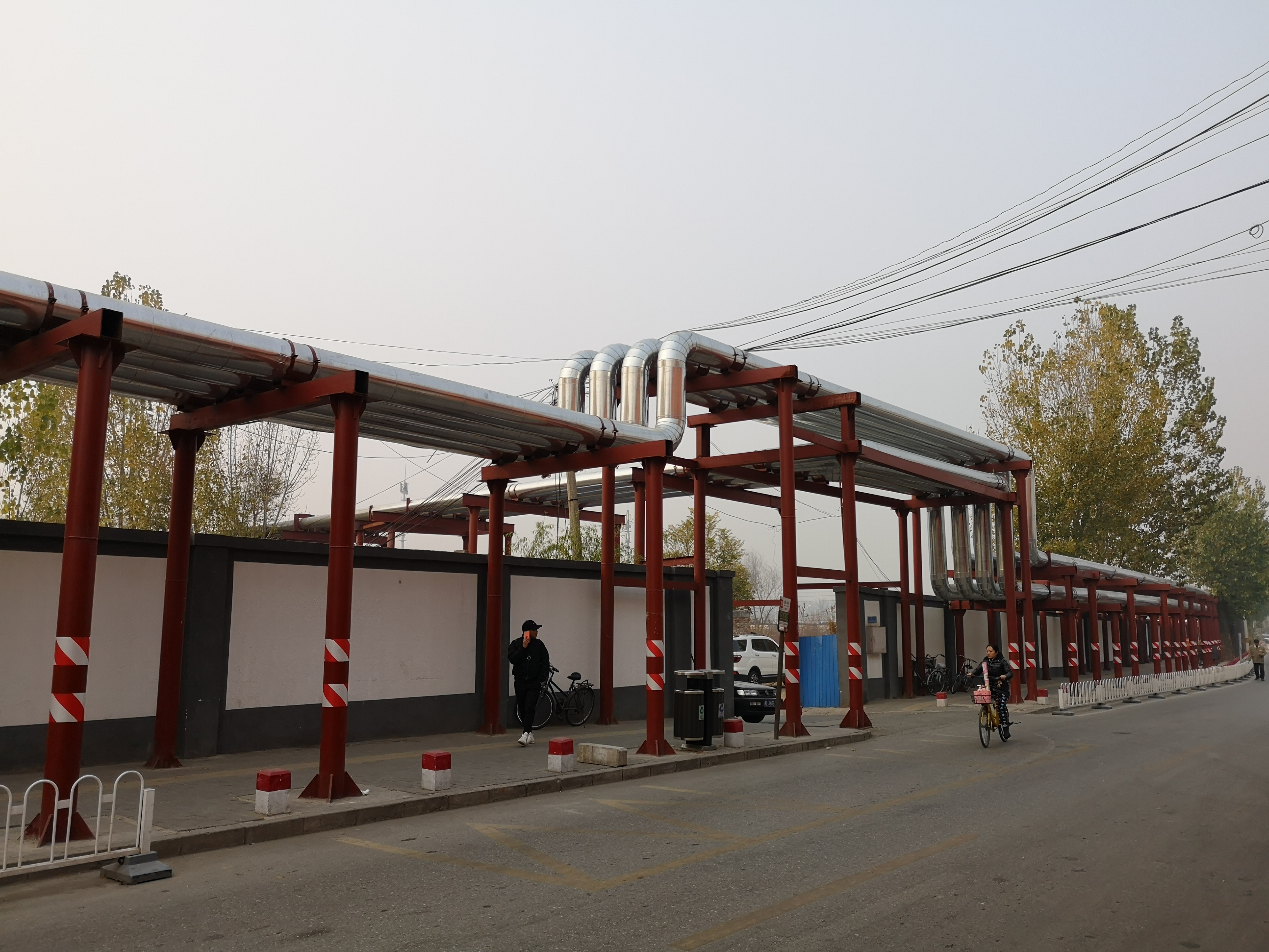 Pipes, half a metre in diameter, have been installed on poles, bringing hot water from the town of Xibeiwang. Photo credit: Feng Hao
