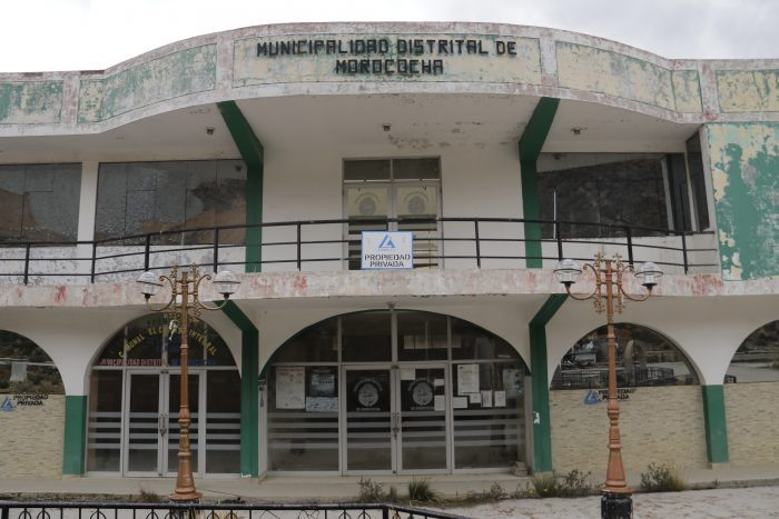Even public buildings in old Morocochawere sold to Chinalco. They await demolition for the mine's expansion (Image: Marco Alegre/Convoca)